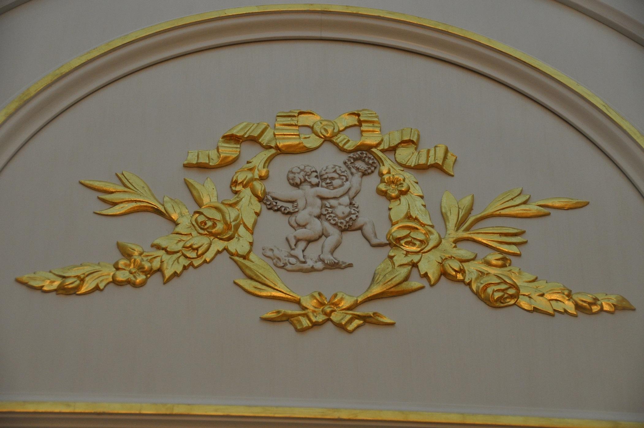 Барельеф двери во французском классическом стиле