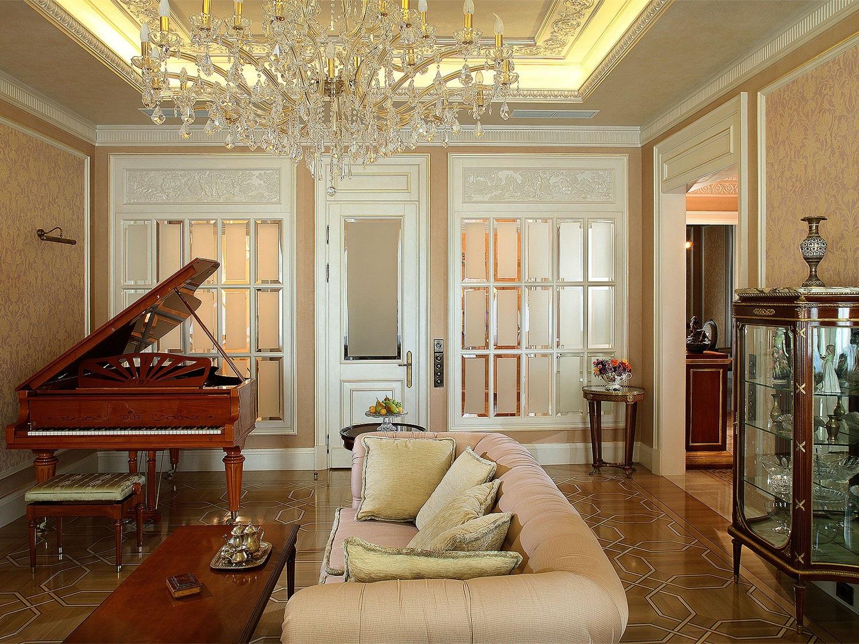 Интерьер классической гостиной с роялем
