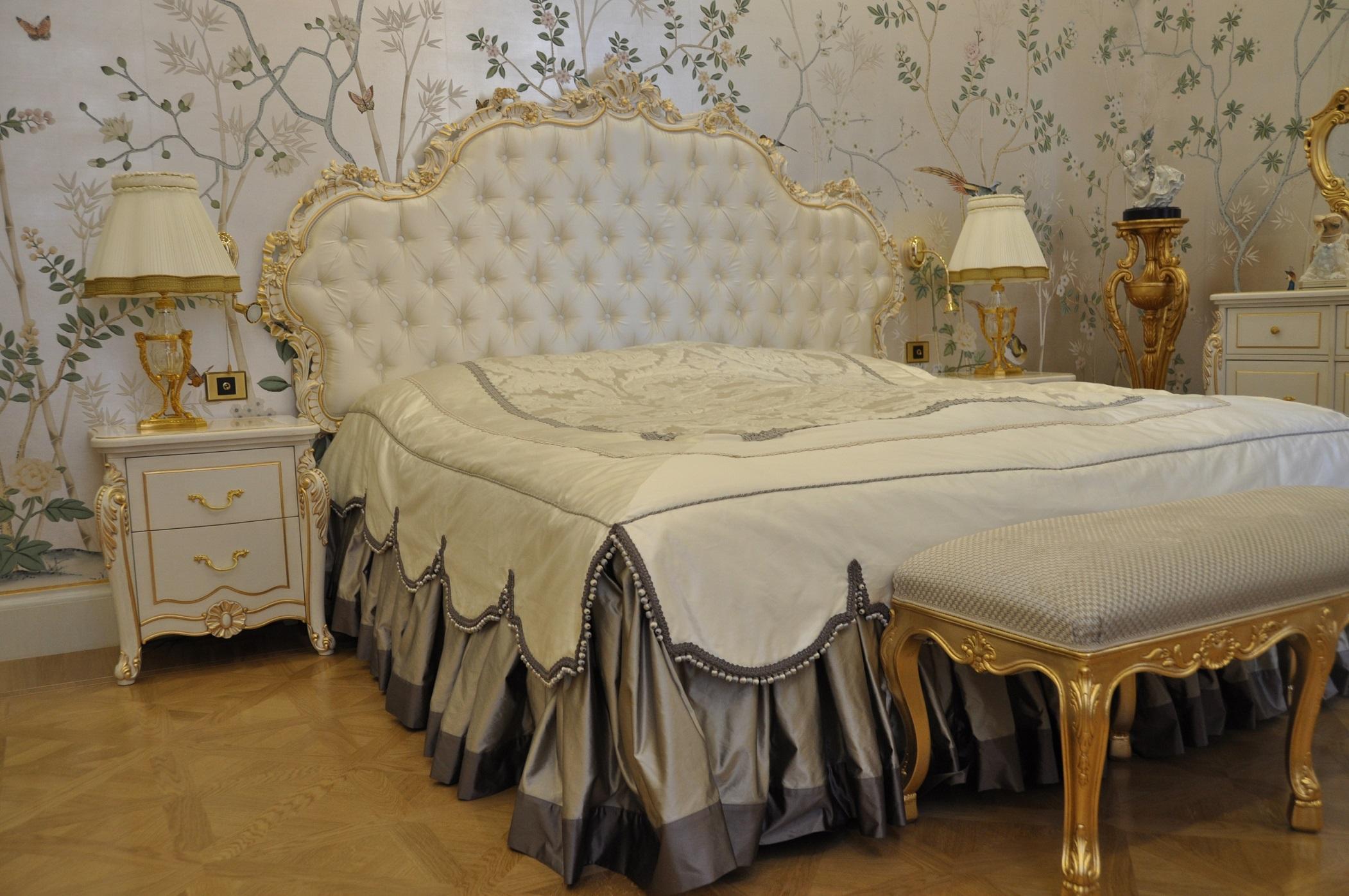 Кровать с резным изголовьем в классике спальни