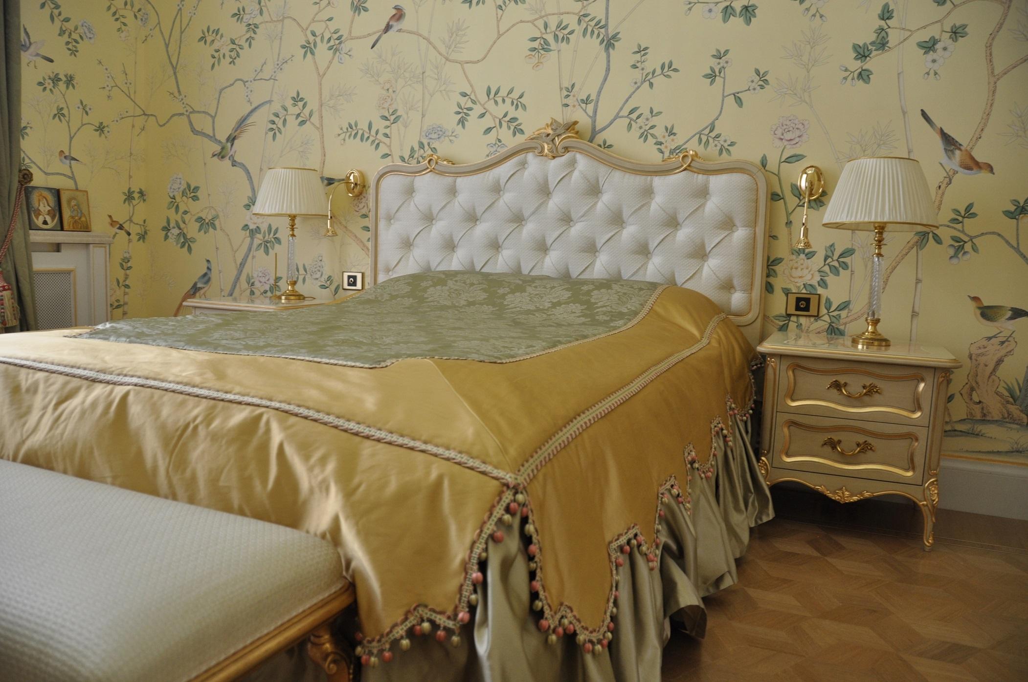 Обои de gournay в интерьере классической спальни в Романовой переулке