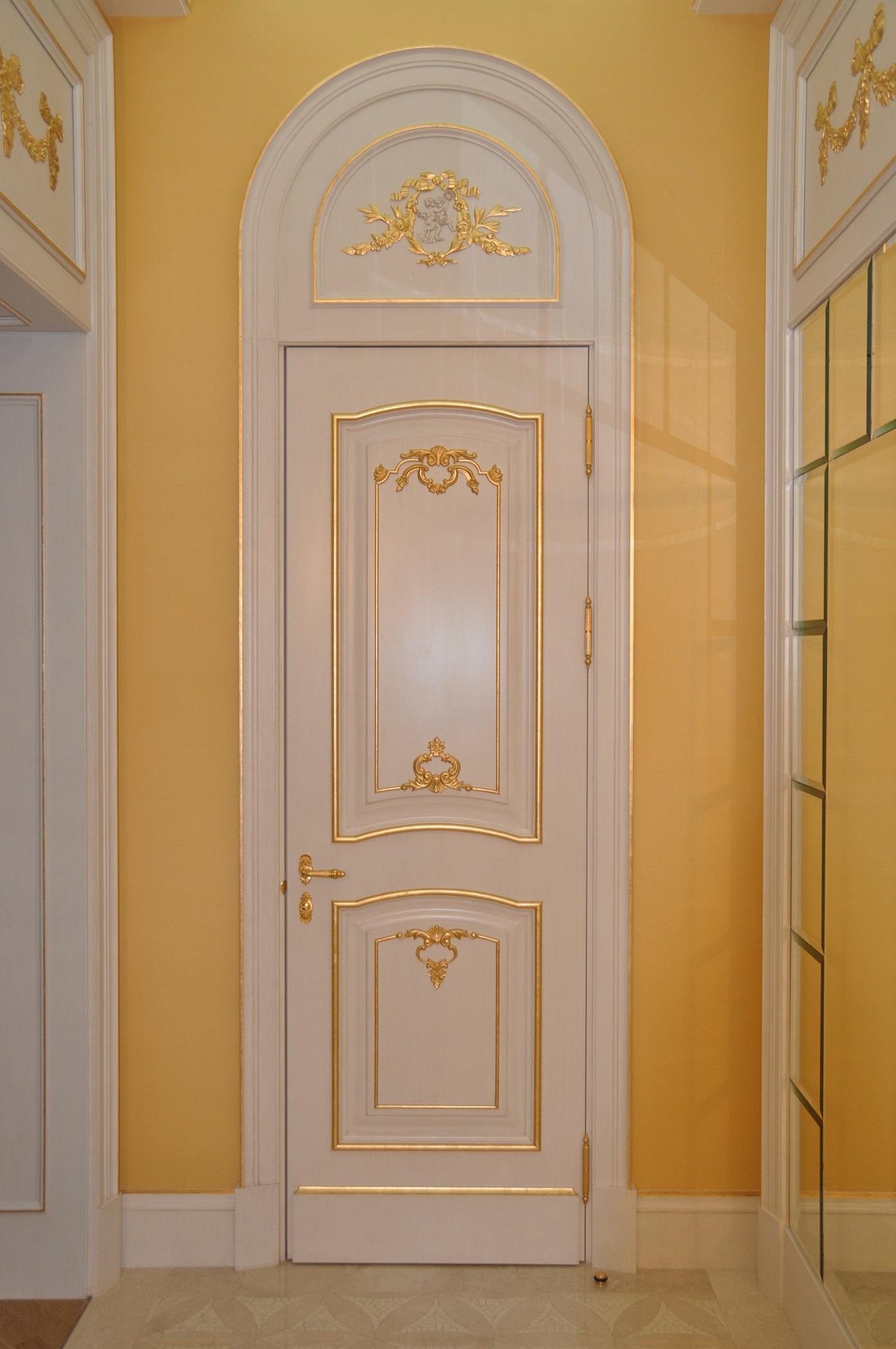 Дизайн классической белой двери с полукруглым верхом